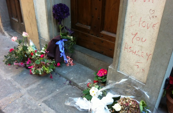 Firenze, al civico 3 di via Santa Monaca fiori davanti alla casa di Ashley Olsen