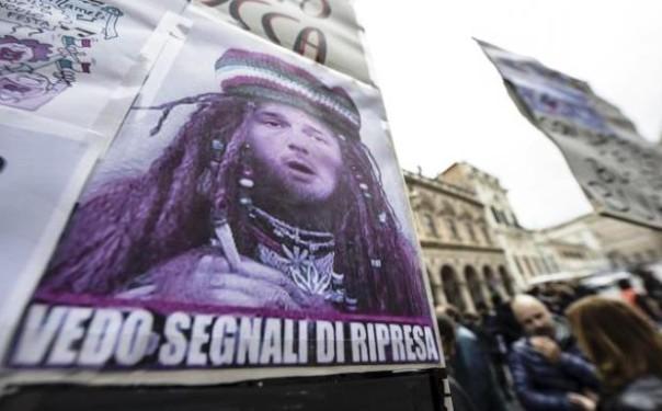 Roma, un cartello sarcastico al sit in dei risparmiatori vittime del salva-banche