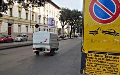 Firenze: raid vandalico in via dello Statuto. Danneggiati tre scooter e due auto