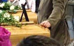 Arezzo, madre e figlia uccise da una minicar: chiesa strapiena e lacrime ai funerali