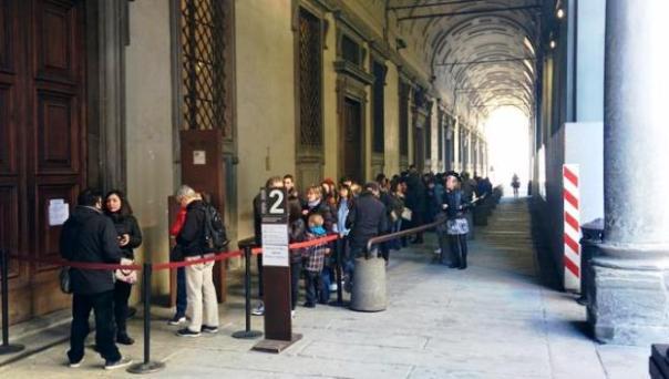 Firenze, turisti e visitatori in coda agli Uffizi