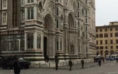 Firenze: allerta terrorismo. Piazza Duomo presidiata dall'esercito con i blindati