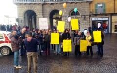 Pisa, maltrattamenti all'asilo «Nido del Cep»: la protesta delle mamme sotto il Comune