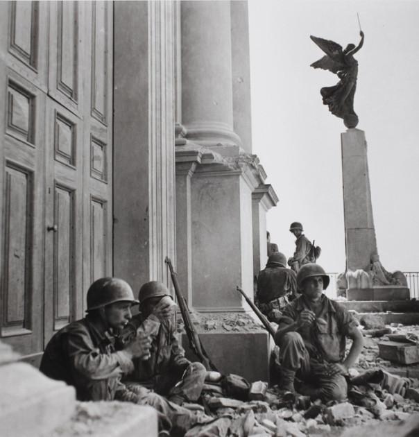 Soldati americani a Troina, nei pressi della cattedrale di Maria Santissima Assunta, dopo il 6 agosto 1943. Photograph by Robert Capa. © International Center of PhotographyMagnum – Collection of the Hungarian National Museum