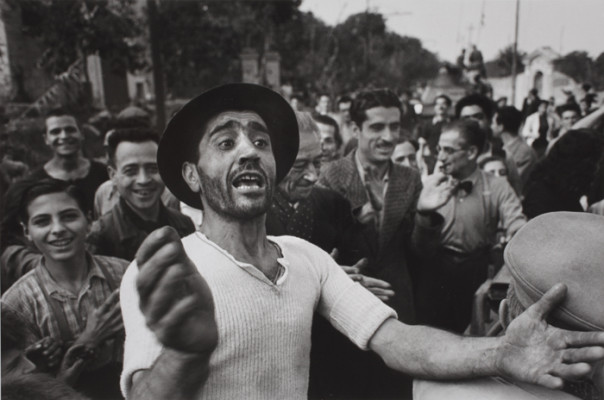 Benvenuto alle truppe americane a Monreale, 23 luglio 1943. Photograph by Robert Capa. © International Center of PhotographyMagnum – Collection of the Hungarian National Museum