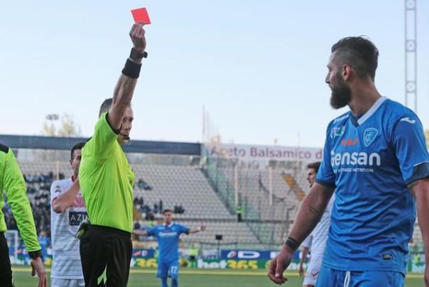 L'arbitro Paolo Valeri espelle Levan Michedlidze