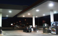 Economia: Italia invasa dalle pompe di benzina, ce ne sono 21.300. Che però incassano poco