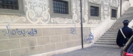Scritte in arabo su sede Scuola Normale Pisa