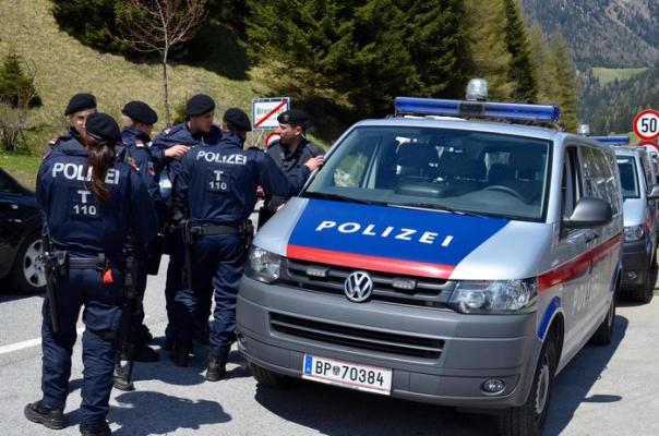 Forze di polizia italiane austriache al Brennero in attesa per la manifestazione degli anarchici, 7 maggio 2016. ANSA/ROBERTO TOMMASI