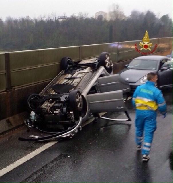 incidenti stradali: auto si ribalta