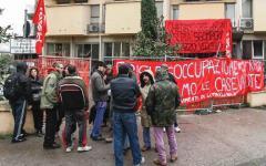 Firenze: il movimento di lotta per la casa occupa l'ingresso dell'assessorato del comune