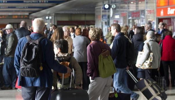 Viaggiatori in coda alla stazione Termini, Roma, 21 ottobre 2011. La congestione del traffico ferroviario e' dovuta allo sciopero del personale, previsto dalle 9 alle 17, per una protesta dei sindacati di categoria . ANSA/CLAUDIO PERI