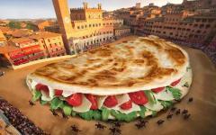 Siena: enorme piadina in piazza del Campo. Senesi infuriati