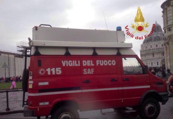 Vigili fuoco in piazza Miracoli a Pisa