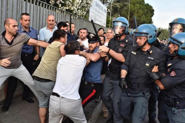 Un momento degli scontri tra forze dell'ordine e circa 300 cinesi radunatisi in n piazza Marconi all'Osmannoro, nel comune di Sesto Fiorentino (Firenze), in seguito a un controllo in un capannone per eseguire un arresto, Sesto Fiorentino (Firenze), 29 Giugno 2016. ANSA/ MAURIZIO DEGL'INNOCENTI