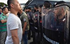 Sesto Fiorentino: tafferugli di lavoratori cinesi con Polizia e Carabinieri. Feriti e contusi
