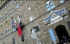 Firenze, femminicidio: drappo rosso esposto sul terrazzo di Palazzo Vecchio