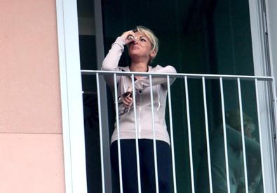 Francesca Pascale, compagna di Silvio Berlusconi, in lacrime a una finestra del San Raffaele