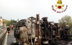 Calenzano A1: chiuso il tratto verso la variante di valico per un Tir in fiamme
