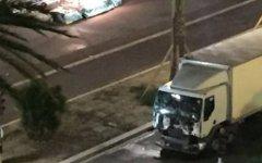 Nizza: fiori per le vittime e spazzatura per il carnefice. Gli omaggi sulla Promenade des anglais