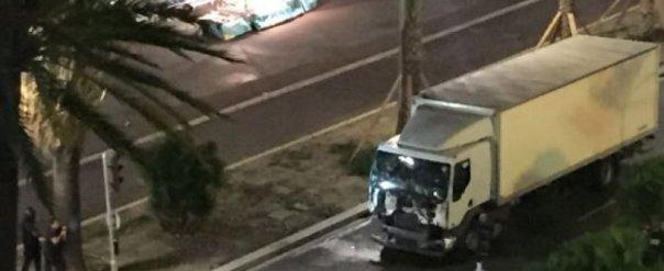 Il camion che è piombato sulla folla a Nizza