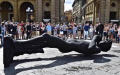 Firenze: David nero, in piazza della Repubblica. Simbolo di lutto e sofferenza per il terrorismo
