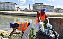 Firenze: 20 migranti puliscono le sponde dell'Arno e dei corsi d'acqua cittadini
