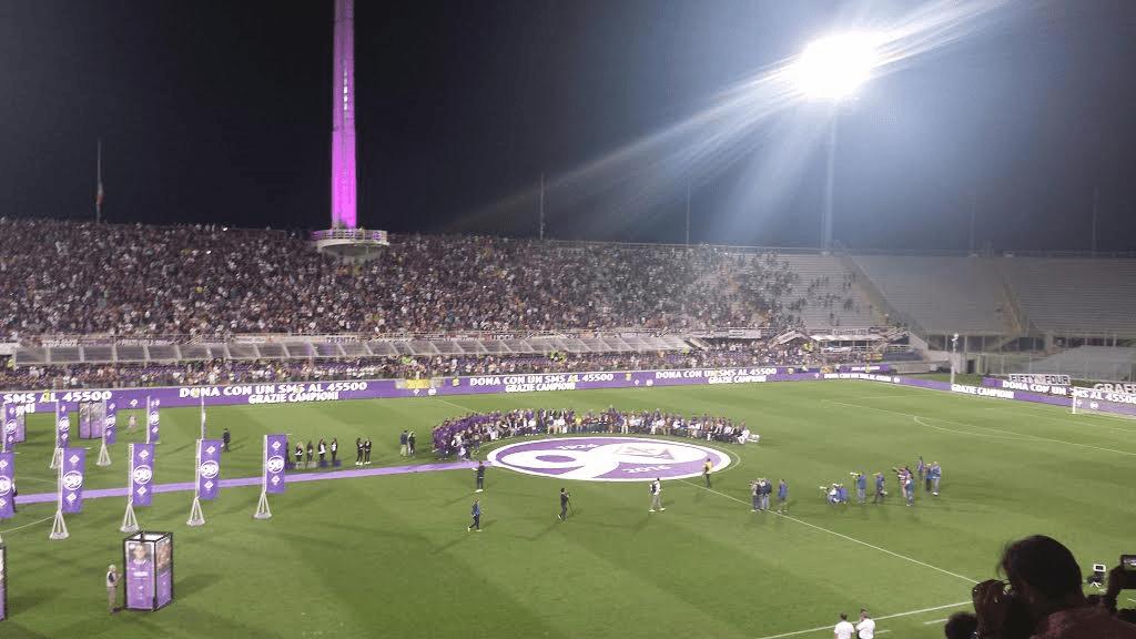 I viola del passato e i giocatori di oggi in mezzo al campo nella notte del Franchi, per celebrare i 90 anni della Fiorentina
