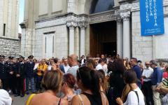 Morta bruciata: i funerali a Lucca. L'arcivescovo: bisogna dire no all'odio