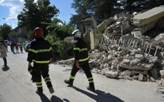 Terremoto: secondo stime non ufficiali i morti sarebbero già più di 60. Ma protezione civile e Governo, in attesa dell'arrivo del premier, p...