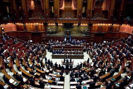 """Roma, 21 set. (askanews) - Il Pd incassa il sì alla propria mozione sulla modifica dell'Italicum. Una mozione (fortemente voluta da Ap) dal testo volutamente generico tanto che la sensazione prevalente è che adesso per entrare concretamente nel confronto su una nuova legge elettorale tutto, eventualmente, è rimandato a dopo il referendum. Dopo gli ultimi giorni di confronto-scontro all'interno dei Dem, il Partito democratico, insieme ai partiti della maggioranza, aveva depositato la sua mozione in cui figura l'impegno della Camera a """"una discussione al fine di consentire ai diversi gruppi parlamentari di esplicitare le proprie eventuali proposte di modifica della legge elettorale attualmente vigente e valutare la possibile convergenza sulle suddette proposte"""". Un testo uscito non condiviso dall'assemblea del gruppo, riunitasi nel primo pomeriggio, con la minoranza che ha deciso di non votarlo. """"E' tutta polenta, è tattica"""", ha commentato Pierluigi Bersani, secondo cui non si tratta di un passo in avanti ma di """"un passo per dire che non si fa niente!"""". Ma anche nella minoranza le posizioni sono parzialmente divergenti con Gianni Cuperlo che non vota la mozione ma afferma che """"la considero un atto di apertura"""" ma troppo """"timida"""". In aula, comunque, nel pomeriggio, la mozione Pd passa con 293 voti a favore (compresi quelli di Ala) e 157 contrari. Tra i Dem gli assenti sono 42, 24 dei quali per """"ragioni politiche"""", secondo il capogruppo Ettore Rosato. Che in aula ha ribadito una """"disponibilità a cambiare vera e reale"""" invitando le opposizioni a """"scoprire le carte"""" per entrare nel merito """"anche subito"""". Le opposizioni, però, che sembravano avere trovato una compattezza per affossare l'Italicum, in aula sono andate in ordine sparso. La mozione di Sinistra italiana (votata anche dal M5s) ha ottenuto 109 sì e 287 no e quella pentastellata 74 sì e 314 no. Pochi sì per la mozione del centrodestra (Fi-Lega e Fdi) che ha raccolto appena 43 voti, contro un """"bacino"""" potenziale de"""