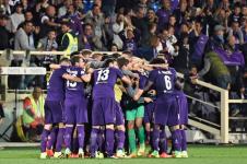 Mucchio dei giocatori viola dopo uil gol di Badelj