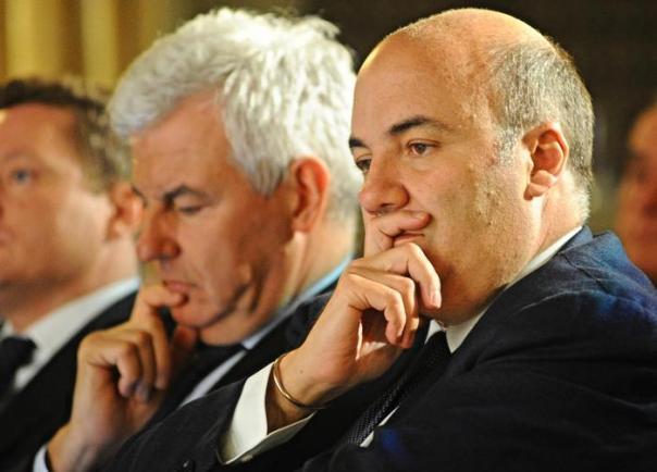 Il presidente di Banca Mps Alessandro Profumo (s) e l'amministratore delegato Fabrizio Viola (d), all'incontro organizzato da Progetto Citta', Firenze, 7 marzo 2013. ANSA/ MAURIZIO DEGL' INNOCENTI