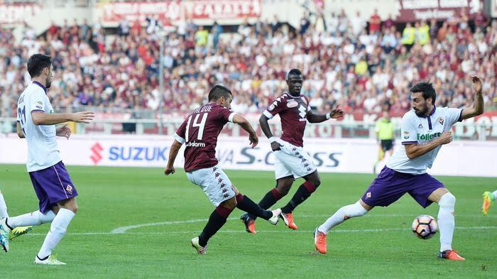 Il primo gol del Torino, segnato da Iago Falque: la panchina viola ha protestato per fallo di mano dell'attaccante