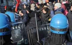 Scuola, Firenze: manifestazione degli studenti, incidenti e scontri con la polizia davanti al liceo Galileo