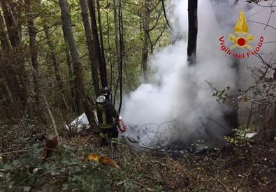 I vigili del fuoco impegnanti a spegnere le fiamme dell'aereo ultraleggero precipitato sotto il Pratomagno