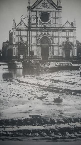 Piazza Santa Croce, il 4 novembre 1966, mentre l'acqua si stava ritirando