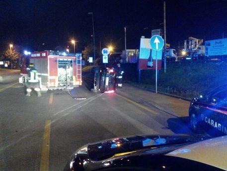 L'auto ribaltata dopo che i due occupanti avevano cercato di sfuggire ai carabinieri