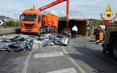 Valdelsa, incidente stradale: Tir ribaltati dopo lo scontro sulla variante di Certaldo. Strada 429 bloccata per ore