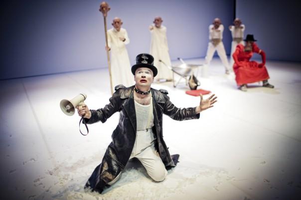 Una scena di «Ubu roi» (foto Simone Cecchetti)