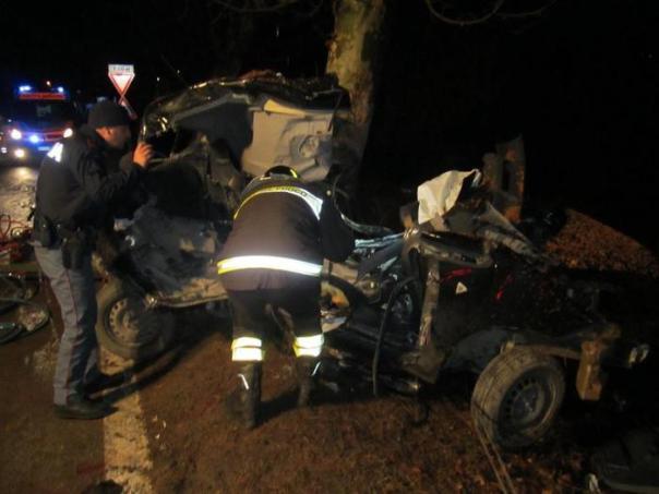 Incidenti stradali:auto contro albero,un morto in Lucchesia