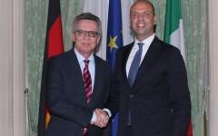 Migranti: il ministro tedesco Thomas de Maizière attacca l'Italia e Alfano