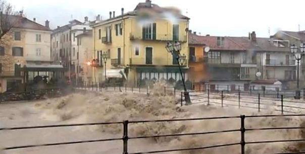 Un'immagine tratta da un video di skytg24 mostra l'esondazione del Tanaro a Garessio, Cuneo, 24 novembre 2016. ANSA/SKYTG24 ++ NO SALES, EDITORIAL USE ONLY ++ NO TV USE ++