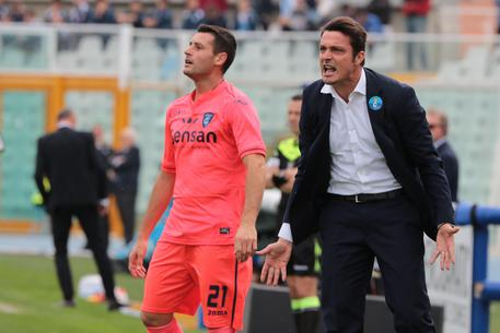 Pescara's head coach Massimo Oddo (R) gestures during the Italian Serie A soccer match Pescara Calcio vs Empoli Football Club at Adriatico G. Cornacchia stadium in Pescara, Italy, 6 November. ANSA/CLAUDIO LATTANZIO