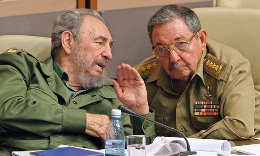 Fidel Castro con il fratello Raul, rimasto da solo a guidare Cuba