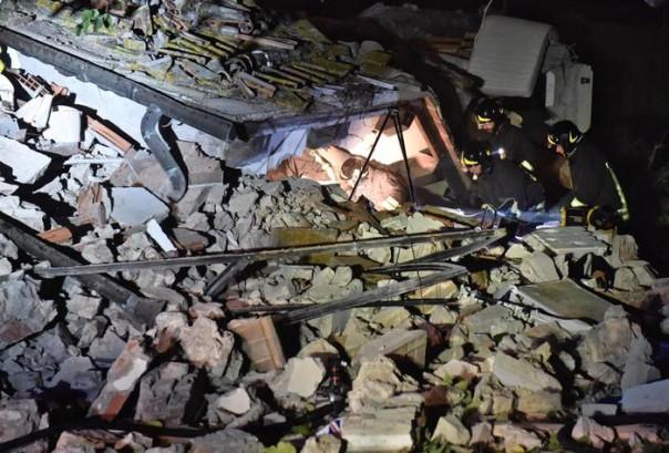 Vigili del fuoco al lavoro dopo l'esplosione di una villetta in via Villamagna a Bagno a Ripoli (Firenze), 17 novmbre 2016. ANSA/MAURIZIO DEGL'INNOCENTI