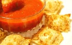Un piatto gustoso per una cena tra amici: ravioli di carne fritti con salsa all'arrabbiata