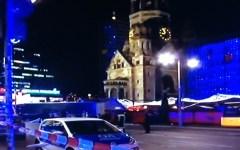 Berlino: attentato con morti e feriti, camion lanciato sulla folla del mercatino di natale (video)