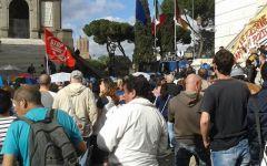 Roma: manifestazione contro Renzi a piazza Venezia dei movimenti per la casa, al grido 'vattene'
