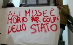 Firenze: incendio del capannone-rifugio. Protesta in prefettura: «Ali Muse è morto per colpa dello Stato»